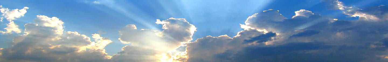 Ceu com nuvens a deixar passar um raio de sol