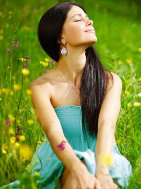 rapariga sentada no campo